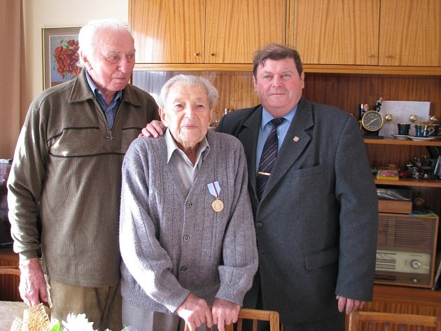 Miroslav Kalabus (uprostřed) patří k posledním pamětníkům odboje Vsetíňanů proti okupantům.