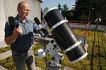 Odborný pracovník valašskomeziříčské hvězdárny Ladislav Šmelcer s novým dalekohledem.