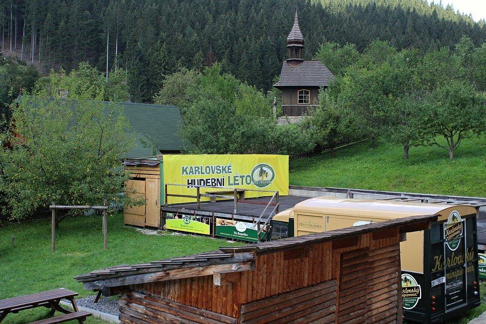 Velké Karlovice se těší velké oblibě turistů. Výjimkou nebyl ani poslední prázdninový týden roku 2020. Pódium u Karlovského minipovaru je dějištěm Karlovského hudebního léta.