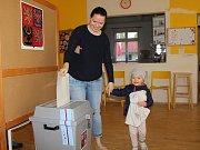 V největším vsetínské volebním okrsku v Naději hlasovala v sobotu dopoledne také Radka Řepková, kterou doprovodila dcera Vendulka.