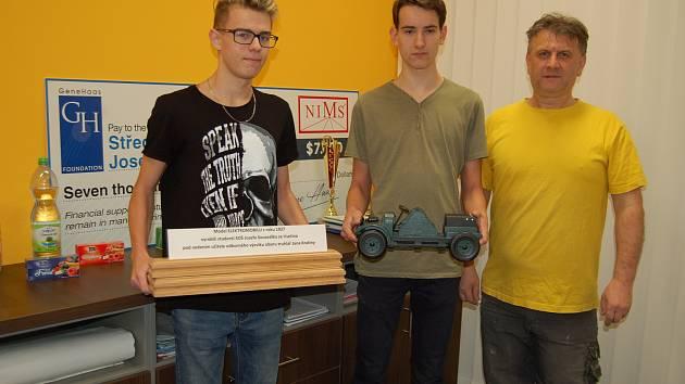 Truhláři se SOŠ Josefa Sousedíka vyrobili dřevěný model Sousedíkova elektromobilu z roku 1927. Ten pak předali do Národního technického muzea. Na snímku Matěj Vadel, David Bojda a mistr odborného výcviku Jan Kratina (zleva).