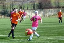 Fotbalistky Valašského Meziříčí (oranžové dresy) v prvním jarním duelu porazily Trojanovice-Bystré vysoko 13:0. Foto: archiv klubu