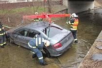 Při dopravní nehodě ve Vsetíně se auto ocitlo v potoku.