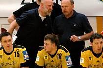 Mnoho fanoušků si asi v první moment neuvědomí, že právě trenérská dvojice Jiří Kekrt (vpravo nad hráči) – Jiří Mika, která vede momentálně házenkáře Zubří, byla na střídačce týmu i v obou mistrovských sezonách v letech 1996 a 1997.