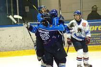 Hokejisté Valašského Meziříčí (modré dresy) v baráži s Orlovou uspěli.