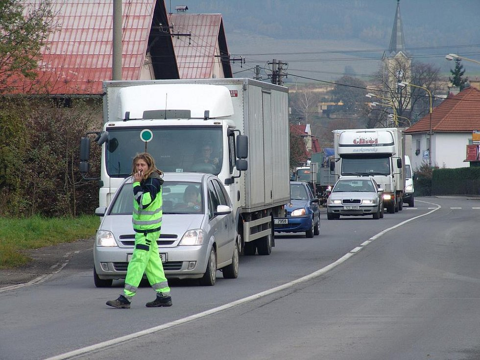Mezi Vsetínem a Bystřičkou se kvůli opravě silnice utvořila dlouhá kolona aut.