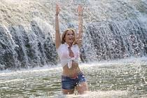 Při vedrech využívají lidé ve Vsetíně k ochlazení oblíbený splav na Ohradě.
