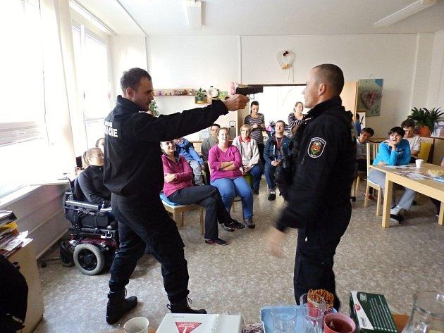 Strážníci vsetínské Městské policie při ukázce sebeobrany.