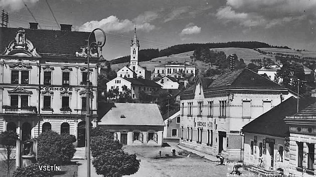 Dolní náměstí, r. 1913 byla v domě čp. veřejná čítárna (fotografie z r. 1927 (Vsetín očima fotografů).