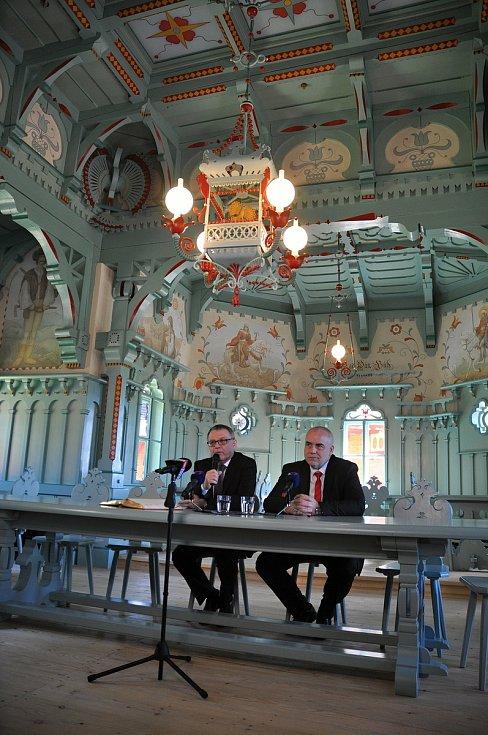 Tiskový brífink ministra kultury Lubomíra Zaorálka (vlevo) a generálního ředitele Národního muzea v přírodě v jídelně Libušín na Pustevnách v Beskydech u příležitosti slavnostního otevření chaty Libušín; čtvrtek 30. července 2020