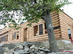 Vyhořelá chata Libušín na Pustevnách se už začíná pomalu rýsovat. Její dokončení je naplánované na konec června roku 2019.