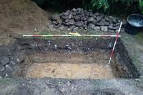 Podloží pod tři sta let starou dlažbou, kterou archeologové objevili pod náměstím ve Valašském Meziříčí; červen 2020