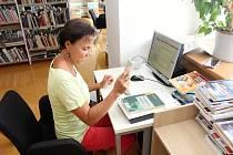 V srpnu 2018 se pracovníci centrální knihovny na Dolním náměstí pustili do modernizace výpůjčního systému. Očipovali 40 000 svazků. Na snímku Daniela Divínová.
