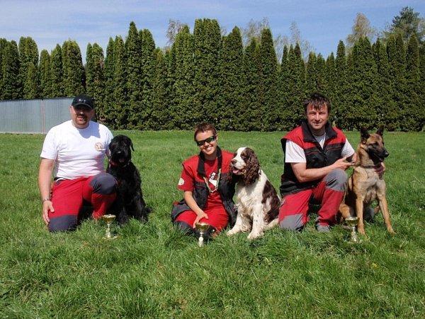 Psovod záchranář Petr Daněk získal na mezinárodním meetingu záchranných psů zlatou medaili vsoutěži družstev.