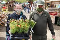 Největší zahradnické trhy v regionu s názvem Valašská zahrada letos v rožnovském Sport Campu provází přísnější hygienická opatření. Kvůli koronaviru je na polovinu omezený také počet prodejců; pátek 8. května 2020