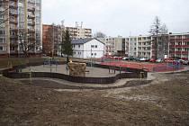 Radnice nechala dětem ze sídliště postavit moderní hřiště s průlezkami i lezeckou stěnou. Předlážděné jsou také chodníky, přibyly lavičky a odpadkové koše.