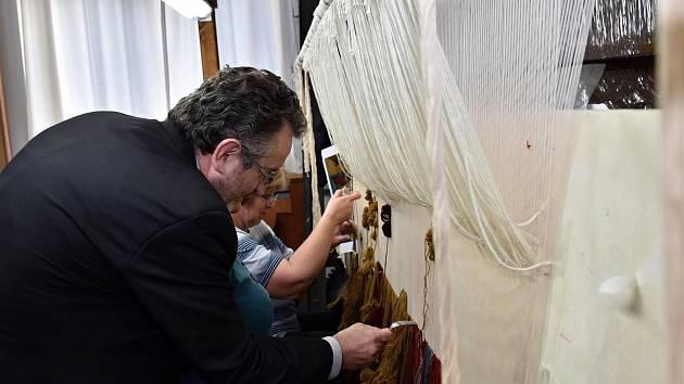 Představitelé radnice a Moravské gobelínové manufaktury ve Valašském Meziříčí se dohodli na vzniku unikátní galerie moderní tapiserie. První tapiserie vznikne podle díla českého malíře Mikuláše Medka nazvaného Akce Vlna. Na snímku starosta Valašského Mezi