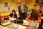 Škola pro sluchově postižené ve Valašském Meziříčí funguje i během pandemie téměř bez omezení. Distančně se učí jen středoškoláci.