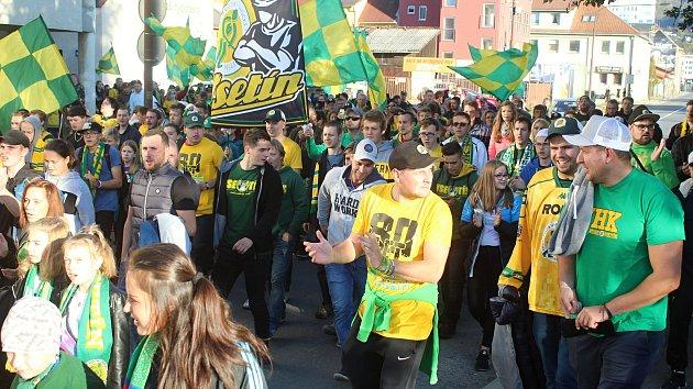 Zelenožlutý Vsetín! Záplava fans v ulicích slavila 80. hokejové narozeniny