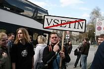 PRYČ SE VSETÍNEM. Hudebník Bolek Vjaclovský na nedávné demonstraci výmluvně vyjádřil svůj postoj. Také on chce Vsetín přejmenovat.