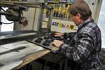 Zaměstnanci valašské firmy Gufex vyrábějí hokejové kotouče, se kterými se bude hrát mimo jiné také na letošním Mistrovství světa v ledním hokeji ve Švédsku a Finsku.