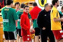 Ex-zuberské křídlo Pavel Hrachovec (v červeném) si ve dvou přípravných zápasech zahrál na domácí palubovce v dresu rakouského Kremsu, kde působí již od roku 2002.