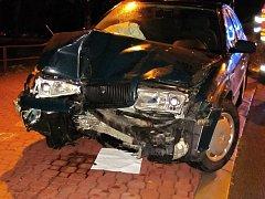 Osobní vůz Škoda Octavia havaroval v neděli 30. října 2016 časně ráno do sloupu veřejného osvětlení v centru Vsetína. Dva lidé se zranili.