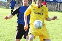 Ještě ne dvacetiletý Jan Kučera (ve žlutém) se v zimní přestávce vrátil ze Zlína. Roli střelce a posily zvládá na jedničku. Středečním hattrickem vyprovodil soupeře 3:1. Foto: