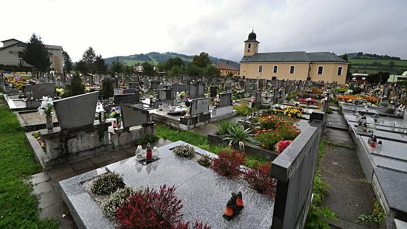 Halenkov - hřbitov a farní kostel Povýšení svatého Kříže vysvěcený roku 1788.