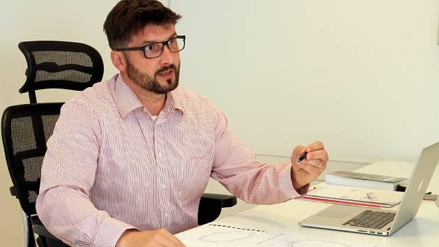 Richard Kovář vysvětluje princip nového usazení kanalizačních poklopů.
