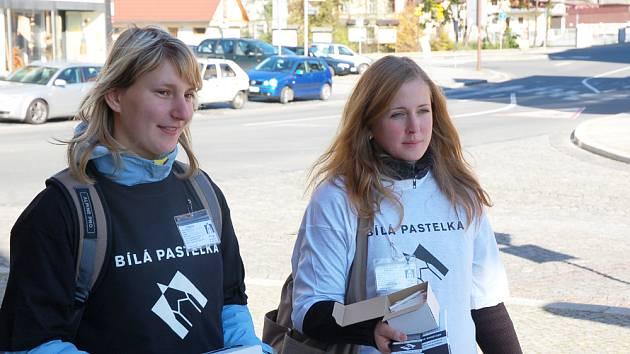 Studentky prodávající bílé pastelky.
