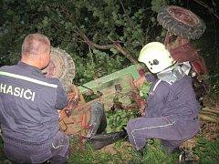 Tři jednotky hasičů zasahovaly ve čtvrtek po půl deváté večer v Hovězí na Vsetínsku. Profesionálové ze Vsetína a dobrovolníci z Hovězí a Halenkova pomáhali staršímu muži, který zůstal zaklíněný pod malotraktorem domácí výroby.