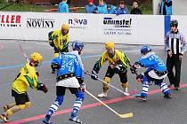 Hokejbalové starší dorostenci Vsetína (žluté dresy) v extralize podlehli Letohradu 1:5.