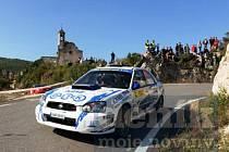 Vsetínská posádka Tomaštík – Vrečka s vozem Subaru Impreza Sti na trati španělské rally zařazené do mistrovství světa.