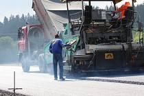 Do poslední fáze se dostala stavba první části nové silnice I/57 ze Vsetína do Valašského Meziříčí. Koncem příštího týden se již začne napojovat stávající silnice na nový úsek, což vyvolá i dopravní omezení.