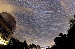 """Skládanka několika fotografií pořizovaných delší dobu nad valašskomeziříčskou hvězdárnou během sobotní """"noci padajících hvězd"""" - takzvané startrails; sobota 11. srpna 2018"""