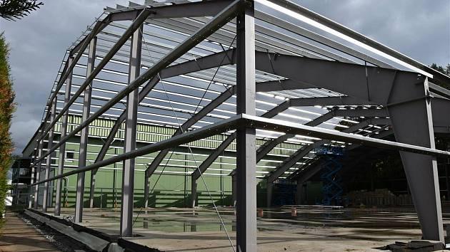 Výstavba moderní tenisové haly ve Valašském Meziříčí skončí v červnu 2020. Sportoviště přijde na necelých 30 milionů korun.