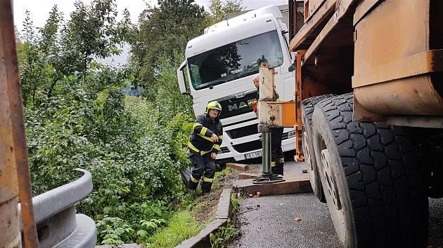 Těžká technika zasahovala v pondělí 9. září 2019 v Hluboké nad vsetínským sídlištěm Ohrada. V úzké uličce tu uvízl kamion a utrhla se pod ním krajnice.