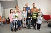 Školáci, kteří nejlépe uspěli v soutěži O nejlepší čtenářskou třídu, si v Masarykově veřejné knihovně převzali ocenění. Program zpestřil svou bubenickou dílnou Lukáš Kamas.