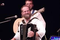Deset let působí na valašské hudební scéně kapela Dareband ze Vsetína. Kulaté jubileum muzikanti oslavili v pátek večer (15. 5.) výročním koncertem před zaplněným velkým sálem Domu kultury ve Vsetíně.