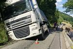 U Bratřejova staví dělníci opěrnou zeď. Řidiči nerespektují dopravní značení a bourají.  Silnici zablokoval 22. července 2020 havarovaný kamion až do čtvrtka.