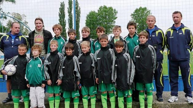 Výběr mladších žáků OFS Vsetín (ročník 1997) na celorepublikovém finále skončil sedmý. Společné foto jim okořenil patron turnaje Vladimír Šmicer (nahoře druhý zprava).