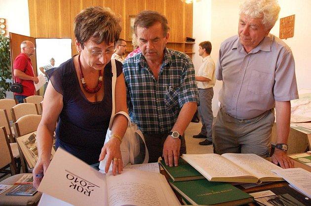 Hodnotící komise soutěže Vesnice roku Zlínského kraje 2010 navštěvuje v těchto dnech vesnice na Valašsku, Slovácku, Zlínsku i Kroměřížsku. V pátek 11. června byla mimo jiné v Ratiboři a Zděchově.