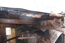 Střechu starého včelína v Rožnově pod Radhoštěm poničily v pondělí 26. dubna plameny.