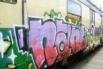 Pouhá hodina stačila neznámému sprejerovi, aby poničil lokomotivu odstavené vlakové soupravy na nádraží ve Vsetíně.