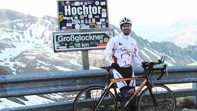 Svatopluk Božák na alpském vrcholu Hochtor (2 504 metrů nad mořem) při červnovém závodě Glocknerman. Nyní se na Hochtor bude muset vyškrábat znovu, tentokrát v rámci nejdelšího evropského závodu – Kolem Rakouska, který startuje v pátek.