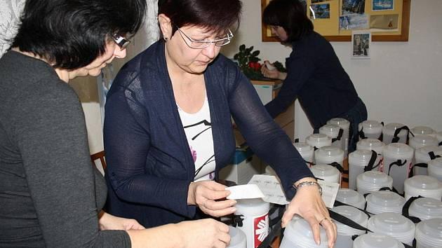 Pracovnice vsetínské charity připravovaly a pečetily kasičky pro tříkrálovou sbírku.