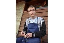 Vít Tkadlec se výrobu tradičních březových metliček naučil od svého strýce, etnografa Daniela Drápaly.