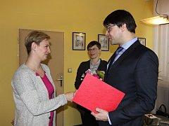 Jmenovací dekret předal nové ředitelce Mateřské školy Rokytnice ve Vsetíně Alexandře Kukulové starosta města Jiří Růžička.