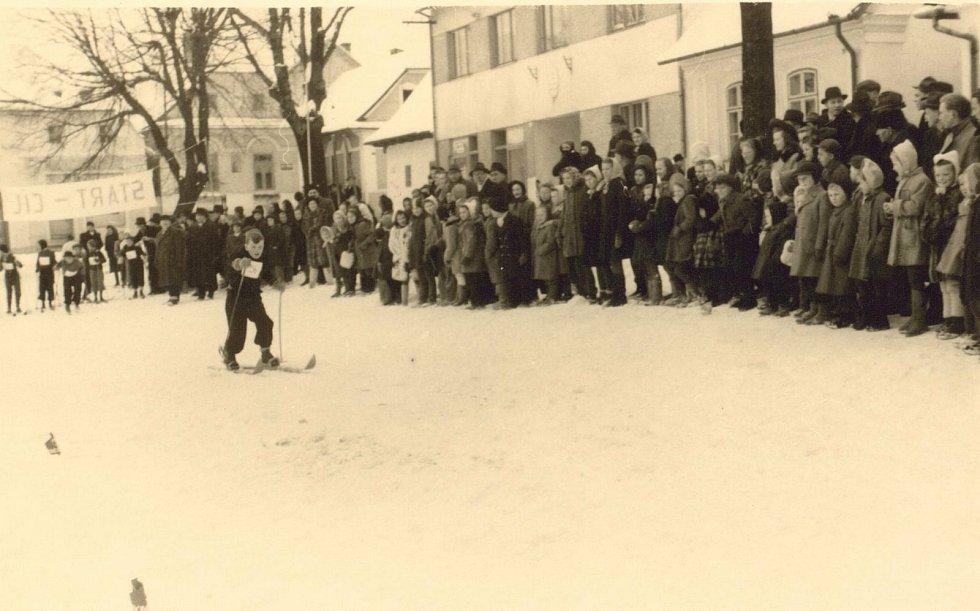 Dětské lyžařské závody na náměstí ve Valašských Kloboukách v roce 1947.
